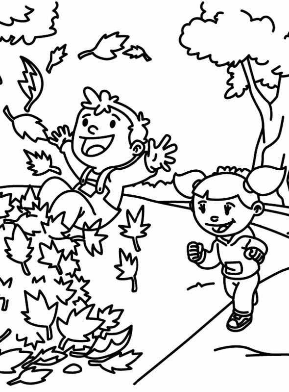 Kinder spielen mit Herbstlaub